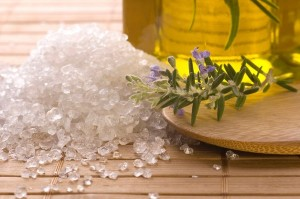 Промывание носа при гайморите с помощью солевого раствора